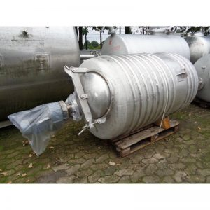 mixing-tank-1100-litres-standing-outside-3908