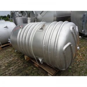 mixing-tank-1100-litres-standing-outside-close-3908
