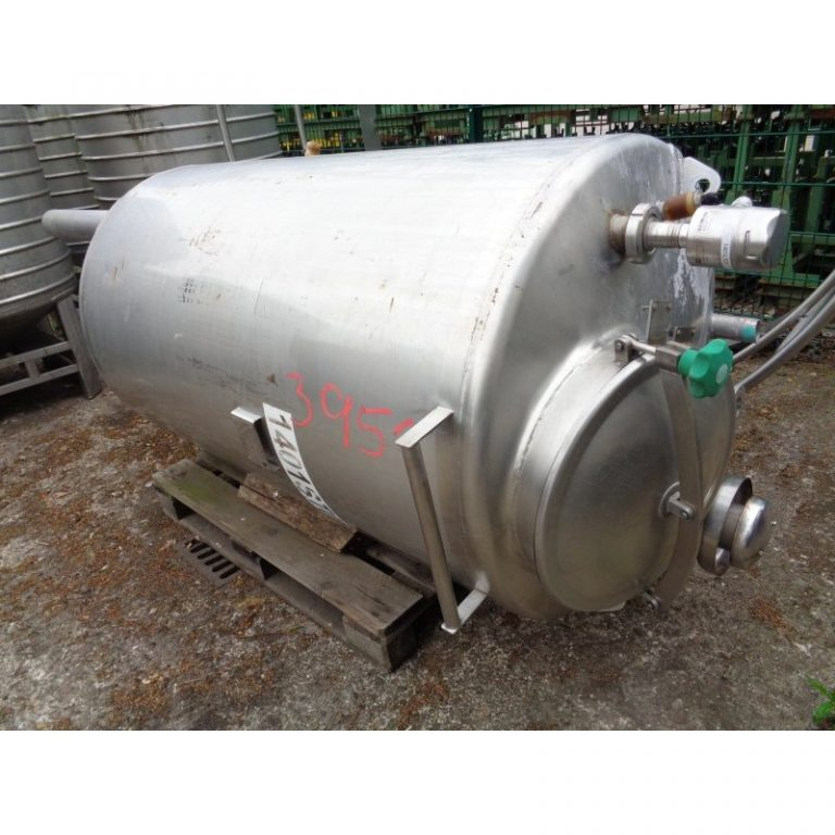 stainless-steel-tank-1000-litres-standing-outside-3951