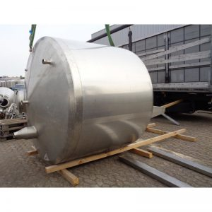 stainless-steel-tank-4500-litres-standing-outside-3956