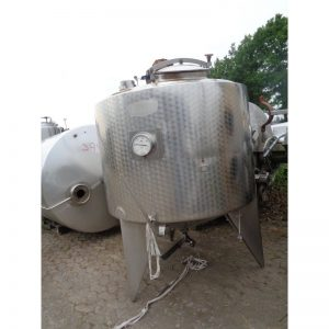 mixing-tank-2000-litres-standing-outside-3952