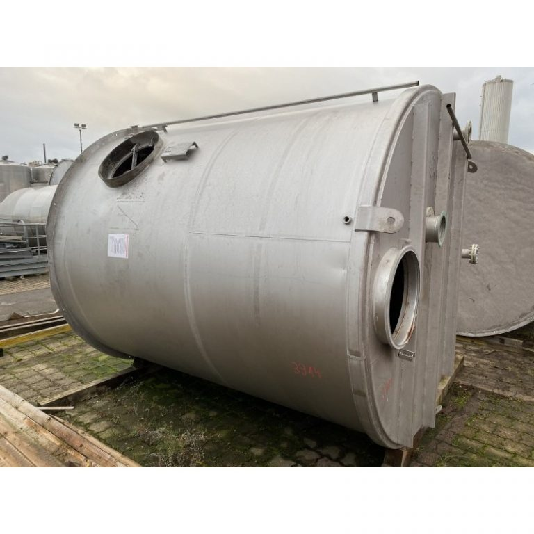 stainless-steel-tank-20000-litres-standing-outside-3914