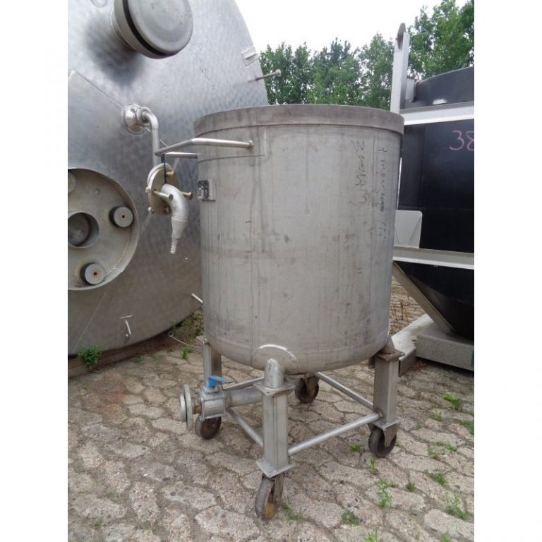 stainless-steel-tank-300-litres-standing-outside-3896