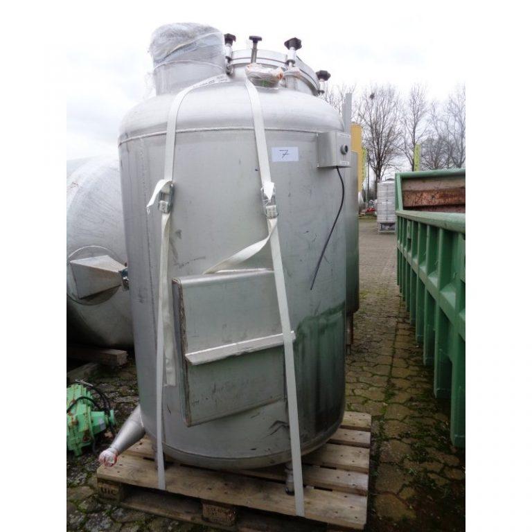 stainless-steel-tank-900-litres-standing-doutside-3924
